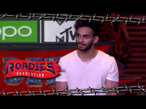 Roadies Revolution | Harshit Makes Fun OfPakhar's Profession