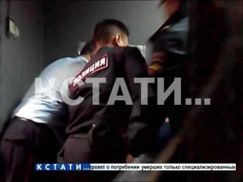 Полицейские избивают мужчину, обратившегося к ним за помощью
