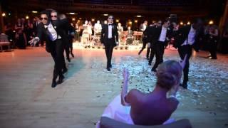 فيديو عريس يفاجئ عروسه برقصة لا تشبه أي رقصة سابقة تحقق 2 مليون مشاهدة في أسبوع
