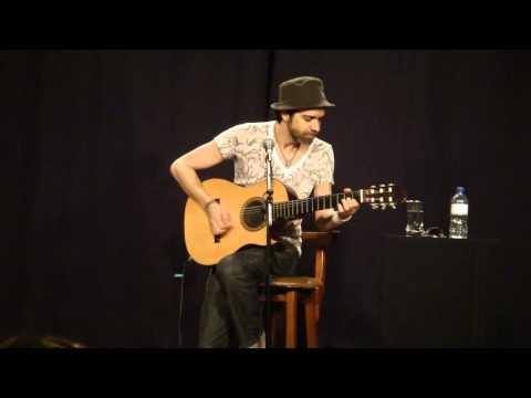 Paulinho Moska cantando