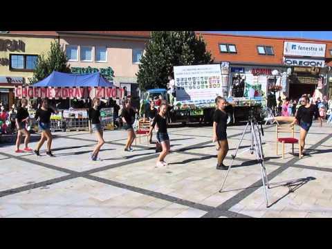Vystúpenie tanečníkov na zhromaždení proti spaľovni plastov