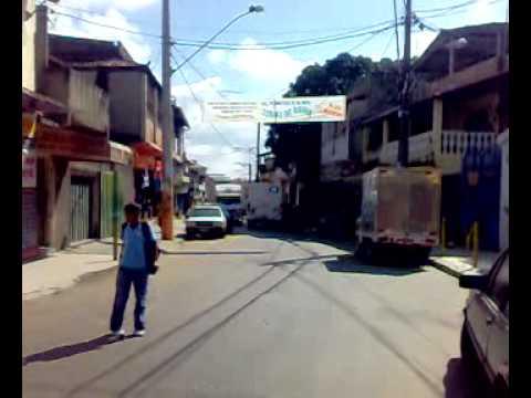 Caos no trânsito da rua 12 no bairro Imbiruçú em Betim, Minas Gerais.