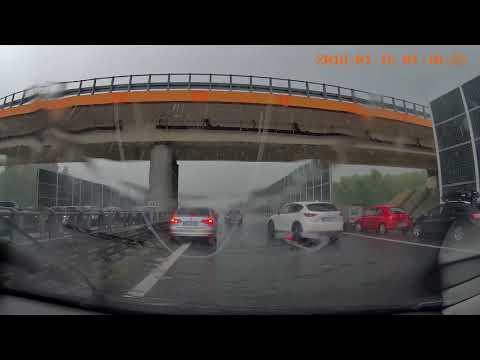 """Barany """"parkują"""" pod wiaduktem na autostradzie – A4 Tarnów-Kraków"""