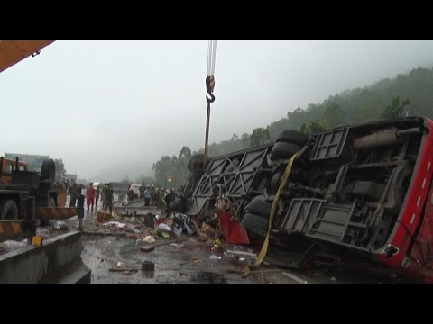 Tai nạn kinh hoàng tại Bình Phước: Xe tải tránh người đi bộ sang đường bị xe ben húc tan nát
