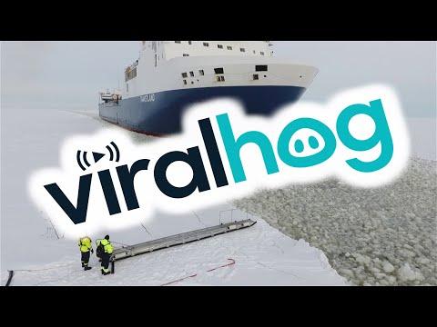 Посадка лоцмана на движущееся грузовое судно в Финляндии