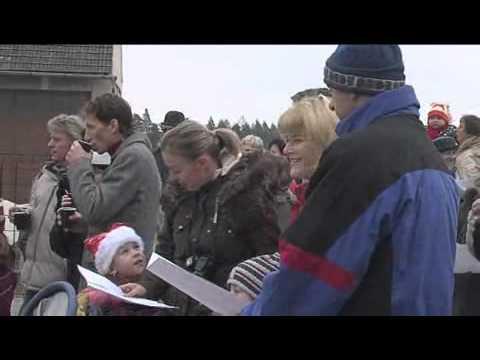 Zpívání u vánočního stromu v osadě Borová v Bolaticích