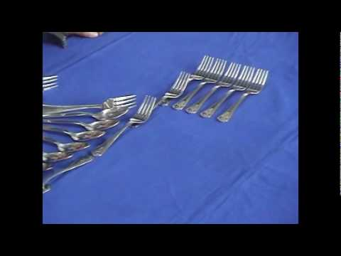 (รูปพาน) - สาธิตการจัดวางช้อนส้อมบนโต๊ะอาหาร (รูปพาน) โดยโรงเรียนพลาธิการ กรมพลาธิการทหารเรือ.
