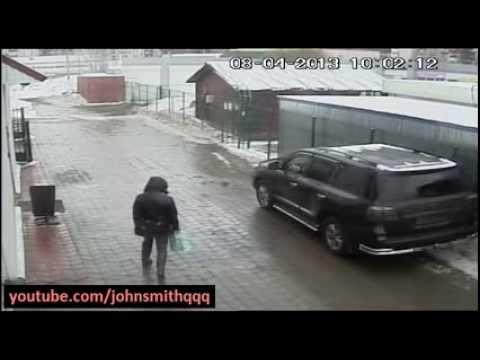 asesinato - La mafia Rusa mata a un hombre en San Petersburgo. El asesino dispara dentro del auto negro con intento de matar al chofer. El hombre queda herido e intenta ...