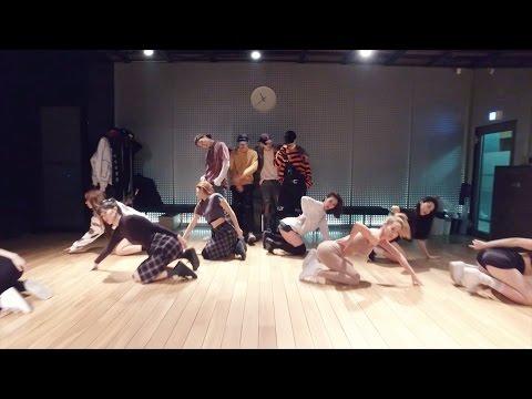 這一隊韓國大勢男團的舞蹈影片裡「肉色裝女舞者」超搶鏡,爆炸的身材感覺胸器隨時會掉出來啊!