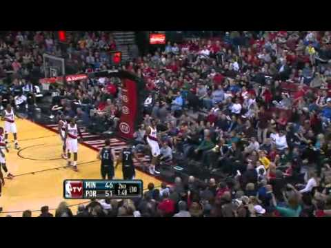 LaMarcus Aldridge blocks Kevin Love