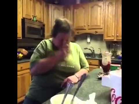Frau haut sich nudelholz an Kopf  ;)