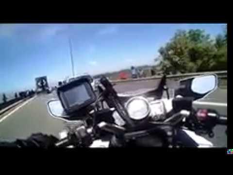 publie deux vidéos tournées par des motards CRS sur la rocade de Calais où les migrants tentent de monter dans les camions vers l'Angleterre