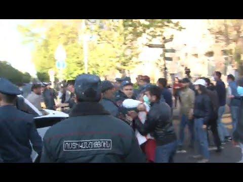 Ոստիկանները բերման են ենթարկել փողոցը փակող երիտասարդներին - DomaVideo.Ru