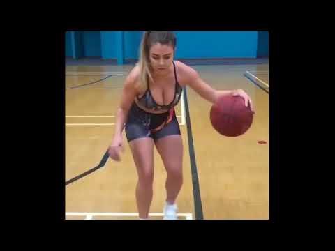 Девушка с мячами