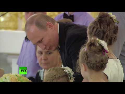 Путин попытался успокоить девочку, которая расплакалась во время приёма в Кремле. Не получилось