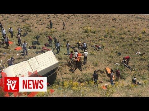 Video - Τουρκία: Στους 17 ανήλθε ο αριθμός των νεκρών από το τροχαίο με minibus που μετέφερε μετανάστες