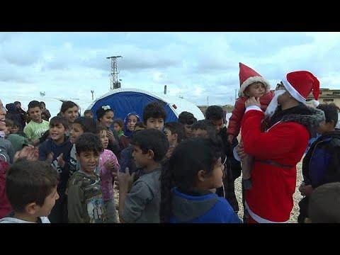 Συρία: Ακτιβιστές-Αγιοβασίληδες μοίρασαν δώρα σε εκτοπισμένα παιδιά…