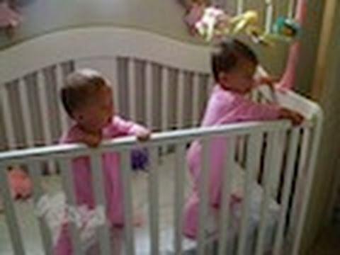 incredibile cosa fanno due gemelli! la mamma li stava filmando per caso!