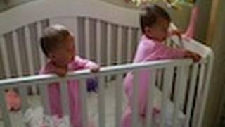 Вижте как бебетата близнаци дори кихат заедно!