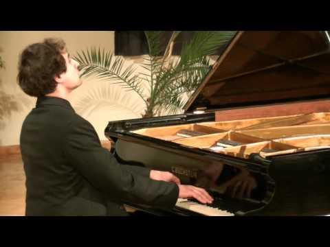 Téli utazás: Fülei Balázs zongoraestje – hangulat, muzsika, elmélkedés a szalonban