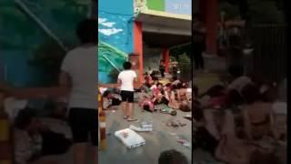 Deja al menos 7 muertos y 59 heridos una explosión a las puertas de una guardería en Xuzhou, al este de China, según informan medios oficiales, sin que por ahora se conozcan las causas del suceso.Al parecer, la explosión tuvo lugar poco antes de las 17:00 hora local (09:00 GMT) a la entrada de la guardería, justo cuando los niños y sus familias salían del establecimiento, mientras que otros pequeños aguardaban a la llegada de sus parientes para recogerles, anunciaron las autoridades.En un vídeo publicado en redes sociales, se aprecia una escena caótica a la entrada de la guardería, con diversos menores y sus acompañantes tirados en el suelo, muchos de ellos heridos y con la ropa rota.Video tomado de Twitter: CIEM - Info y Emerg @Cieminfo