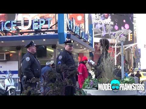 這男人公然在警察面前打…吼!