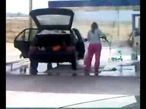 Rubia lavando el coche