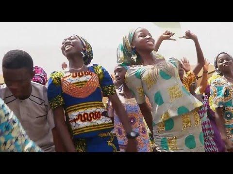 Νιγηρία: Με τις οικογένειές τους επανασυνδέθηκαν 21 μαθήτριες, που άφησε ελεύθερες η Μπόκο Χαράμ