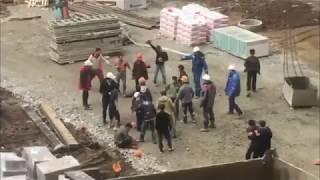 MMA na placu budowy! Dwudziestu chłopa walczyło ze sobą podczas pracy!