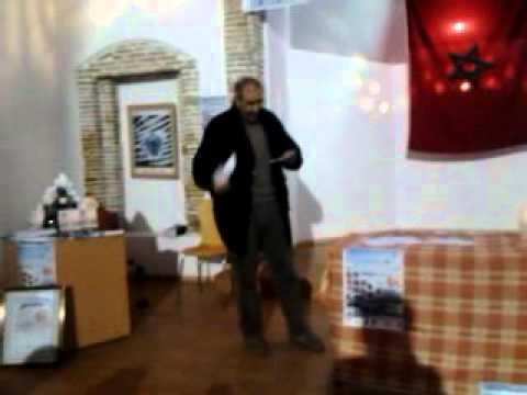 الزجال أحمد حمانو في مشهد تفاعلي خلال مهرجان الشعر والزجل بالعرائش