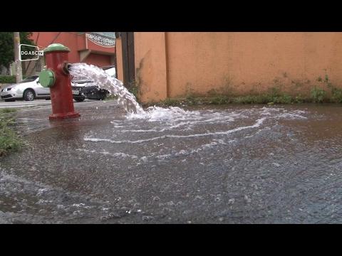 Água jorra de hidrante em Santo André;