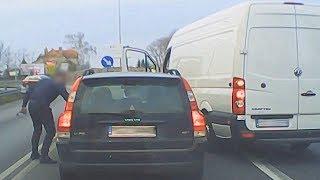 Agresywny kierowca niszczy lusterko