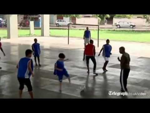 Ragazzino brasiliano senza piedi, un fenomeno del calcio