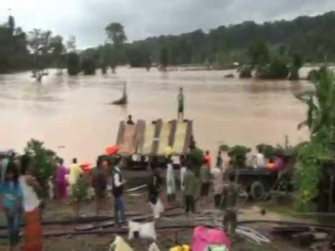 Lực lượng CA băng qua dòng nước dữ cứu người