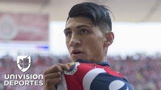 El delantero de las Chivas subastó la playera y los zapatos con los que disputó el partido final de la Liga MX levantando la copa...