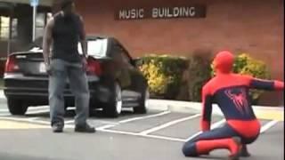 mujer salvada por el hom bre araña