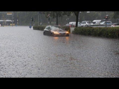 Starke Gewitter - Berlins Straßen stehen unter Wasser
