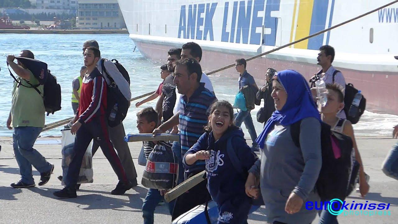 Πρόσφυγες φτάνουν στο λιμάνι του Πειραιά