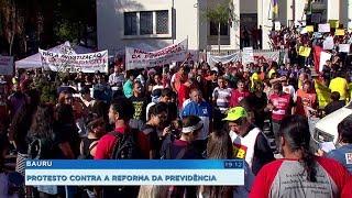 Grupo protesta contra a reforma da Previdência e contra os cortes de verbas para a educação