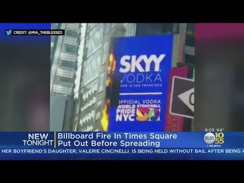 Video - Πυρκαγιά σε διαφημιστική γιγαντοοθόνη στην Times Square