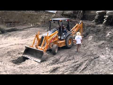 retro excavadora - La Retroexcavadora cavando zanca en terreno profundo para colocacion de tuberia. Retro excavadora CASE con brazo hidraulico cavando en terreno duro la excava...