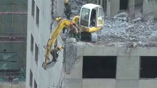 Chinese Worker Risks His Life To Demolish Part Of A Building