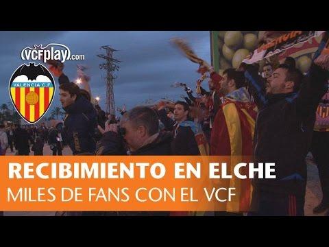 Miles de valencianistas arropan al Valencia CF en su llegada al partido ante el Elche CF