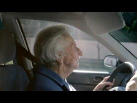 Omi fährt rückwärts - Auf was für Ideen die Werbeleute so immer kommen! Herrlich, die alte Dame 'parkt' rückwärts ein, bzw. düst...