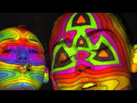 Nahou Miley Cyrus v novém klipu Lighter zahalují jen kaleidoskopické obrazce