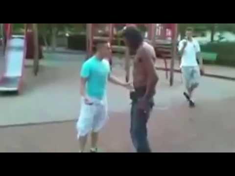 高壯霸凌者以為這位矮小藍衣男好欺負,結果下一秒...瞬間被打趴!