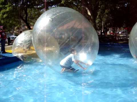 Rafael e Thomas brincando na Bolha  em Águas de São Pedro