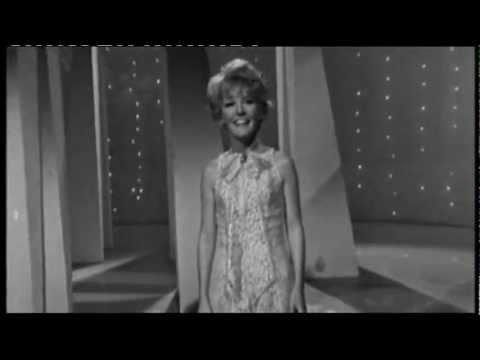 Tekst piosenki Petula Clark - A Foggy Day (In London Town) po polsku