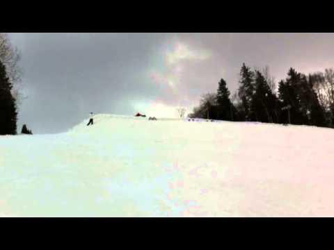 30 personer på skidor gör bakåtvolt samtidigt