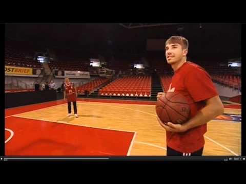 Schweinsteiger schießt in Basketball-Korb